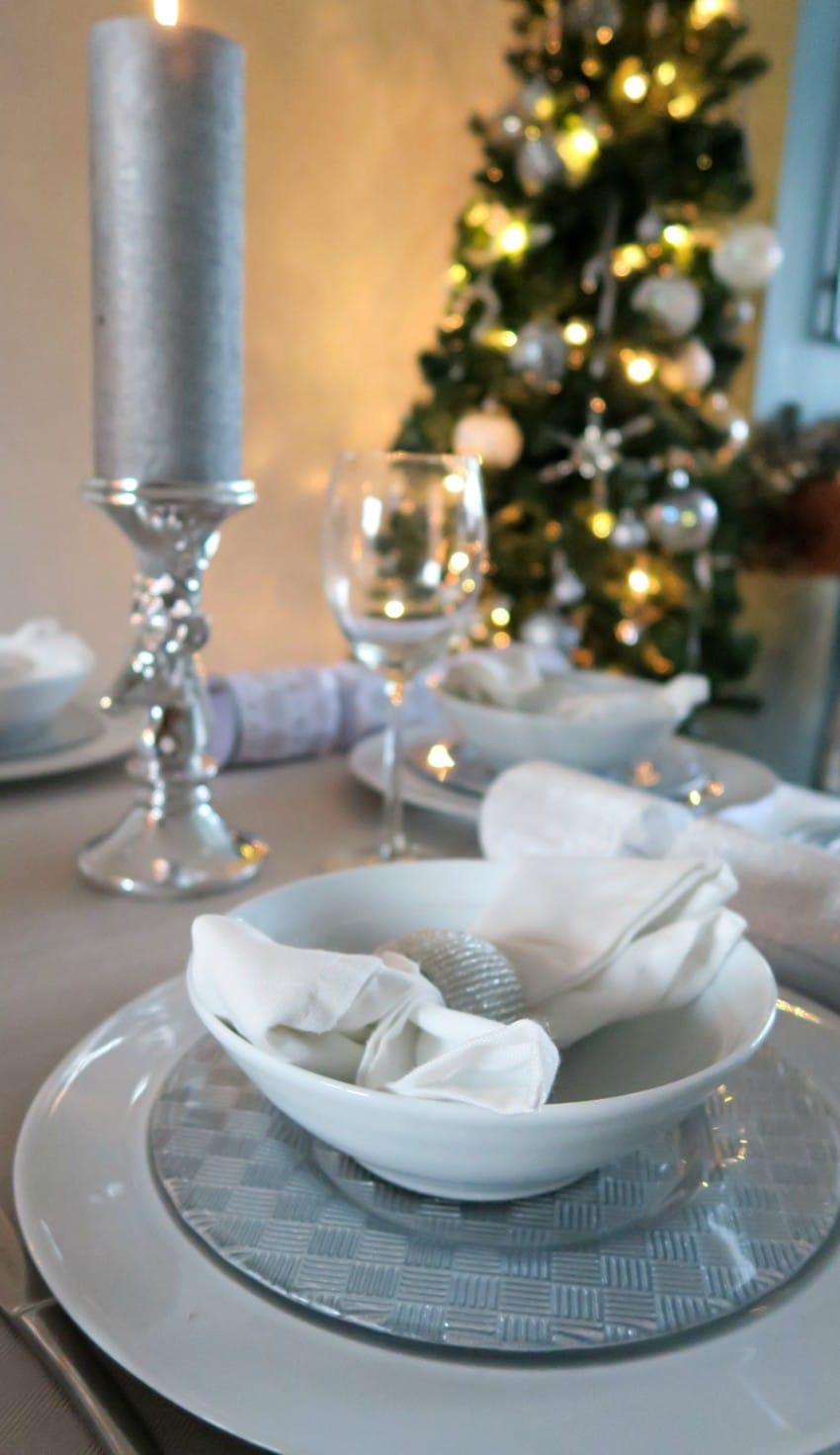 white-silver-christmas-table-12